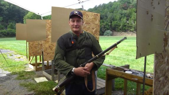 大会事務局長フランク・ケッパー氏とミニエ競技のレミントン銃・577
